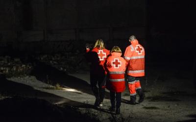 Imatge de tres voluntaris en una sortida de la unitat d'emergència social | Roger Benet