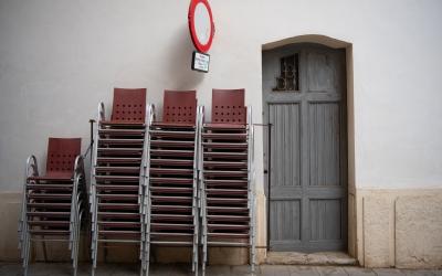Cadires apilonades arran del segon tancament de bars i restaurants | Roger Benet
