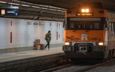 Una usuària accedint al tren, a l'estació de Sabadell Centre | Roger Benet