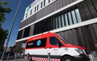 Imatge d'una ambulància a la porta del Parc Taulí | Roger Benet