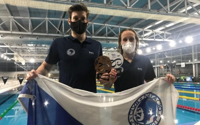 Els capitans del CNS, amb el trofeu corresponent | @CN_Sabadell