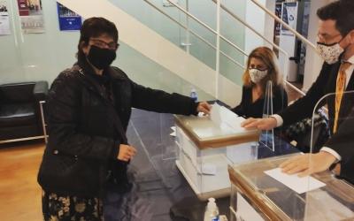 Eulàlia Barros, votant durant l'elecció del nou degà/ Col·legi de l'Advocacia de Sabadell