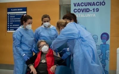 Marina Benavent vacunada a la residència Gent Gran | Roger Benet
