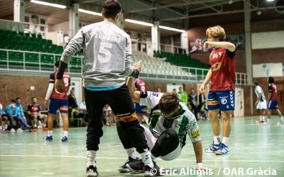 Jaume Esteve, jugador de l'OAR, és ajudat pel porter rival | OAR Gràcia - Èric Altimis