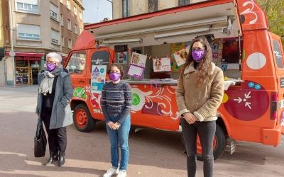 Morell (centre) amb Sol Chao (dreta) i Eli Peñalver, davant el punt d'atenció jove mòbil/ Karen Madrid