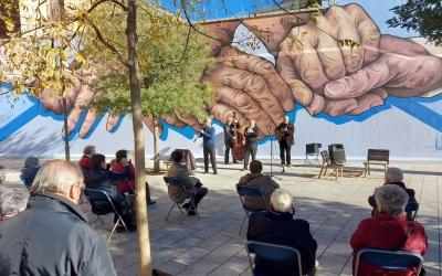 Mural dedicat a la gent gran, a la plaça del Gas/ Karen Madrid