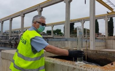 Un responsable de CASSA, amb una mostra d'aigua, el mes de juny passat/ Karen Madrid