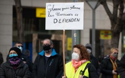 Manifestants de la concentració en defensa de les pensions a la plaça Sant Roc/ Roger Benet