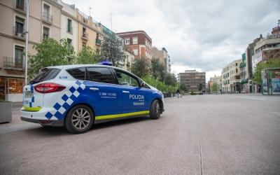 Una patrulla de la Policia Municipal al Passeig de la Plaça Major | Roger Benet