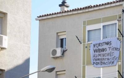 Pancartes als Merinals per denunciar l'estat dels pisos | Roger Benet