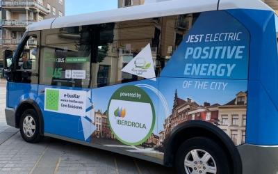 L'autobús elèctric ha iniciat les proves des de la plaça Doctor Robert | Roger Benet