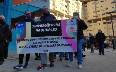 200 persones protesten contra el tancament de l'oficina del BBVA a Can Deu | Pau Duran