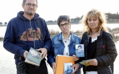 La germana gran de Montse Careta, Imma Careta (al mig), acompanyada per dos amics de la difunta, Eladi i l'Anna| ACN (Arxiu)