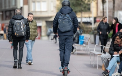 Un patinet elètric circulant pel Passeig   Roger Benet