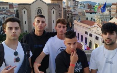 Els 31FAM damunt del terrat del Banc Sabadell a la plaça Sant Roc | Sergi Garcés
