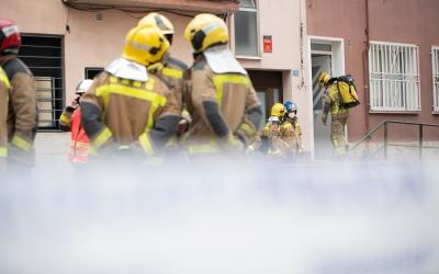 Un grup de bombers treballa al carrer Turina | Roger Benet