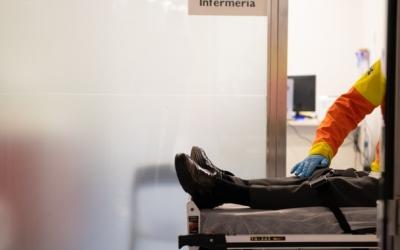 Imatge d'un pacient en una llitera al Taulí | Roger Benet