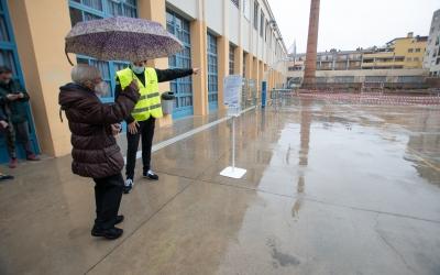 Personal municipal donant indicacions als votants | Roger Benet