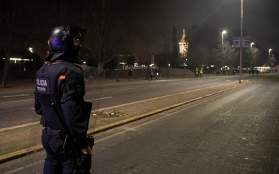 Un agent de la Brigada Mòbil a la Gran Via mirant els manifestants | Roger Benet