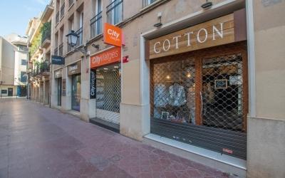 Imatge de comerços tancats al carrer Sant Antoni | Roger Benet