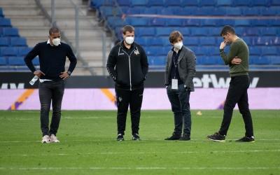 Juvenal Edjogo, Ignasi Salafranca, Jose Manzanera i Antonio Hidalgo rumiant després del partit a l'RCDE Stadium | Roger Benet