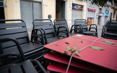 Taules i cadires de locals tancats   Roger Benet