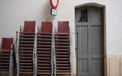 Cadires apilonades a les portes d'un bar tancat | Roger Benet