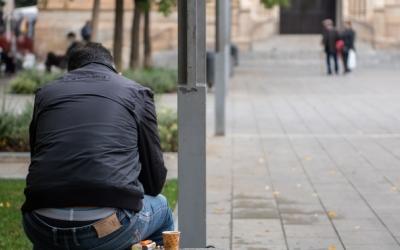 Una persona en un banc de plaça Sant Roc | Roger Benet
