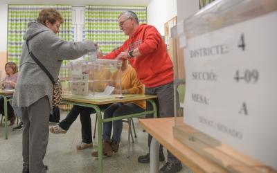 Imatge d'arxiu d'una mesa electoral   Roger Benet