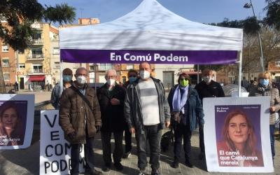 Joan Mena (al centre) fent campanya a Ca n'Oriac aquest matí | Ràdio Sabadell