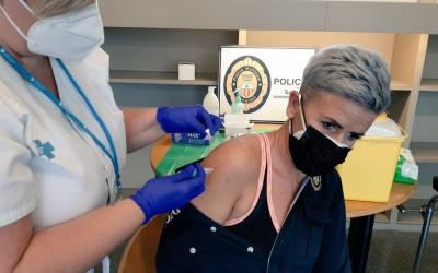 Una agent de la Policia Municipal vacunant-se | Cedida