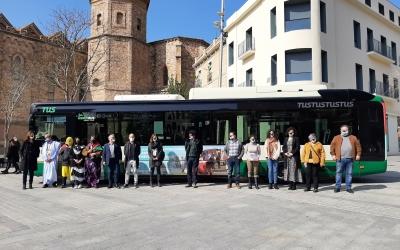 Polítics i participnats en l'acte d'aquest matí davant d'un dels vehicles logotipats | Cedida