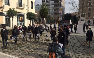 Els concentrats han recreat amb cadires els nom dels encausats locals | Ràdio Sabadell