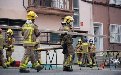 Imatge dels bombers treballant en el número 37 del carrer Turina | Roger Benet