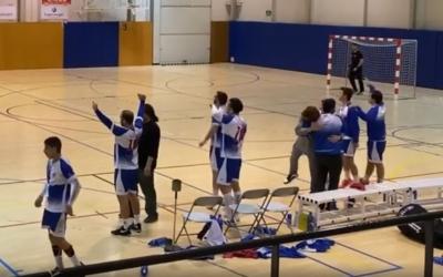 Els jugadors del Creu Alta Sabadell celebrant la victòria en el derbi davant l'OAR Gràcia | CA Sabadell