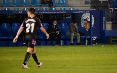 Antonio Hidalgo observa Aarón Rey en el partit de la primera volta al Toralín de Ponferrada | Roger Benet