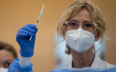 Una sanitària amb la vacuna contra la Covid-19 | Roger Benet