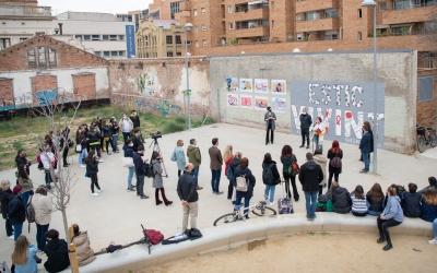 La plaça Dolors Miralles, durant la inauguració dels murals/ Roger Benet