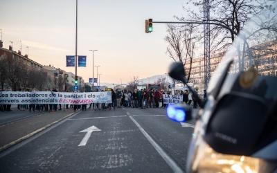 Un centenar de participants de la vaga sanitària tallen la Gran Via | Roger Benet