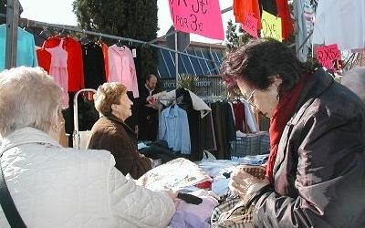 Unes clientes al mercat ambulant   Cedida