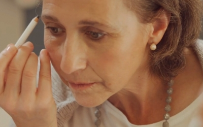 Una pacient maquillant-se/ Fundació Stanpa