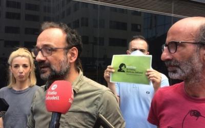 Imatge de Benet Salellas i Joan Jubany a les portes dels Jutjats de Sabadell | Roger Benet