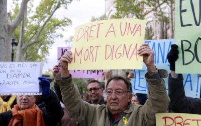 Un home manifestant-se per una mort digna el 2019   ACN