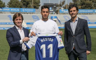 Néstor Querol, acompanyat del director esportiu Jose Manzanera i del director general Bruno Batlle | CES