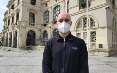El portaveu de Ciutadans, Adrián Hernández, aquest divendres a la plaça Doctor Robert | Pau Duran