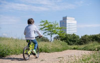 Un nen amb bicicleta pel Parc Catalunya   Roger Benet