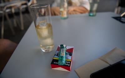 Una taula amb un paquet de tabac al Passeig | Roger Benet