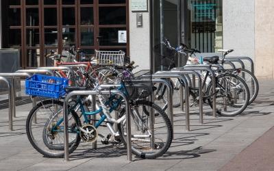 Bicicletes aparcades al Passeig de la Plaça Major | Roger Benet