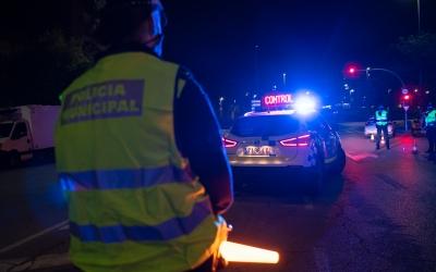 Un control policial per garantir el compliment de les restriccions/ Roger Benet
