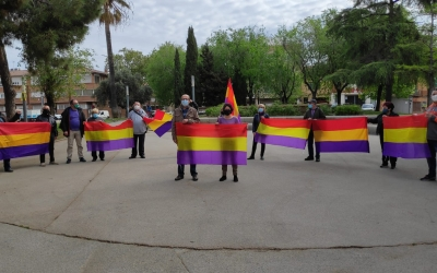 Membres de Podem a la plaça de les Dones del Tèxtil, en l'aniversari de la Segona República | Pau Duran